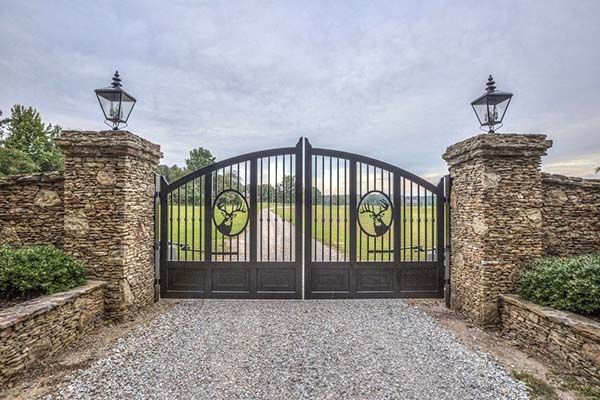 28 Awesome Driveway Gate Ideas To Impress Your Guests (With images .